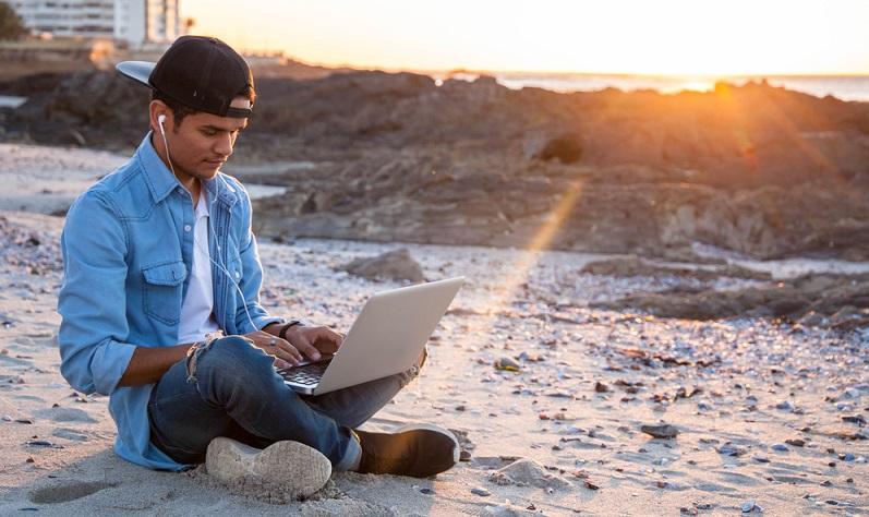 Bevor man einen Bildungsurlaub plant, sollte ein Antrag beim Arbeitgeber gestellt werden ( Foto: Shutterstock-Marjoli Pentz_)