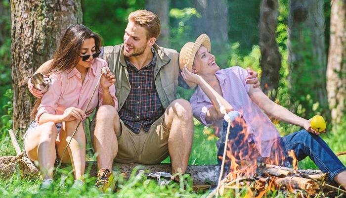 Wer plant, eine lange Wanderung zu unternehmen und entsprechende Pausen mit einrechnet, oder wer die Tagestour am Lagerfeuer beenden möchte, wird vielleicht auf einen kräftigen Wanderproviant setzen. ( Foto: Shutterstock- Just dance )
