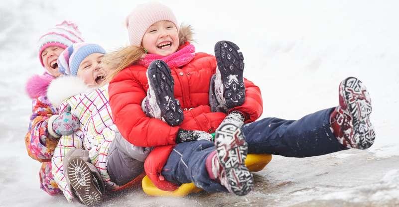 Winterschuhe müssen die Kinder warmhalten und wasserabweisend sein. ( Foto: Shutterstock-Dmitry Kalinovsky)